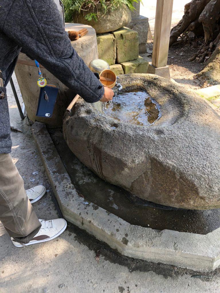 神社で手を洗います